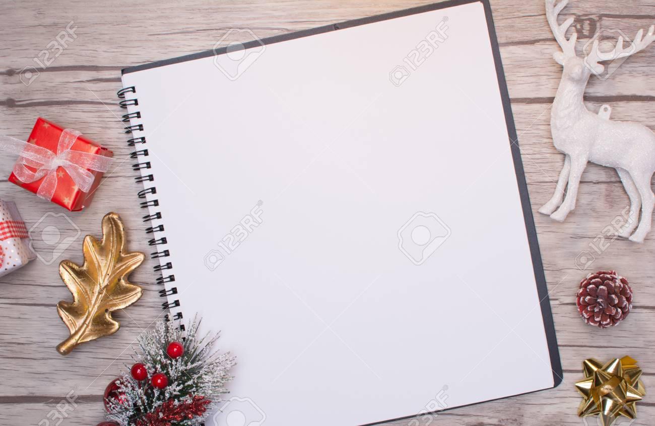 Lettre De Noël Écrit Sur Papier Blanc Sur Fond De Bois Avec Des Décorations. intérieur Papier Lettre De Noel