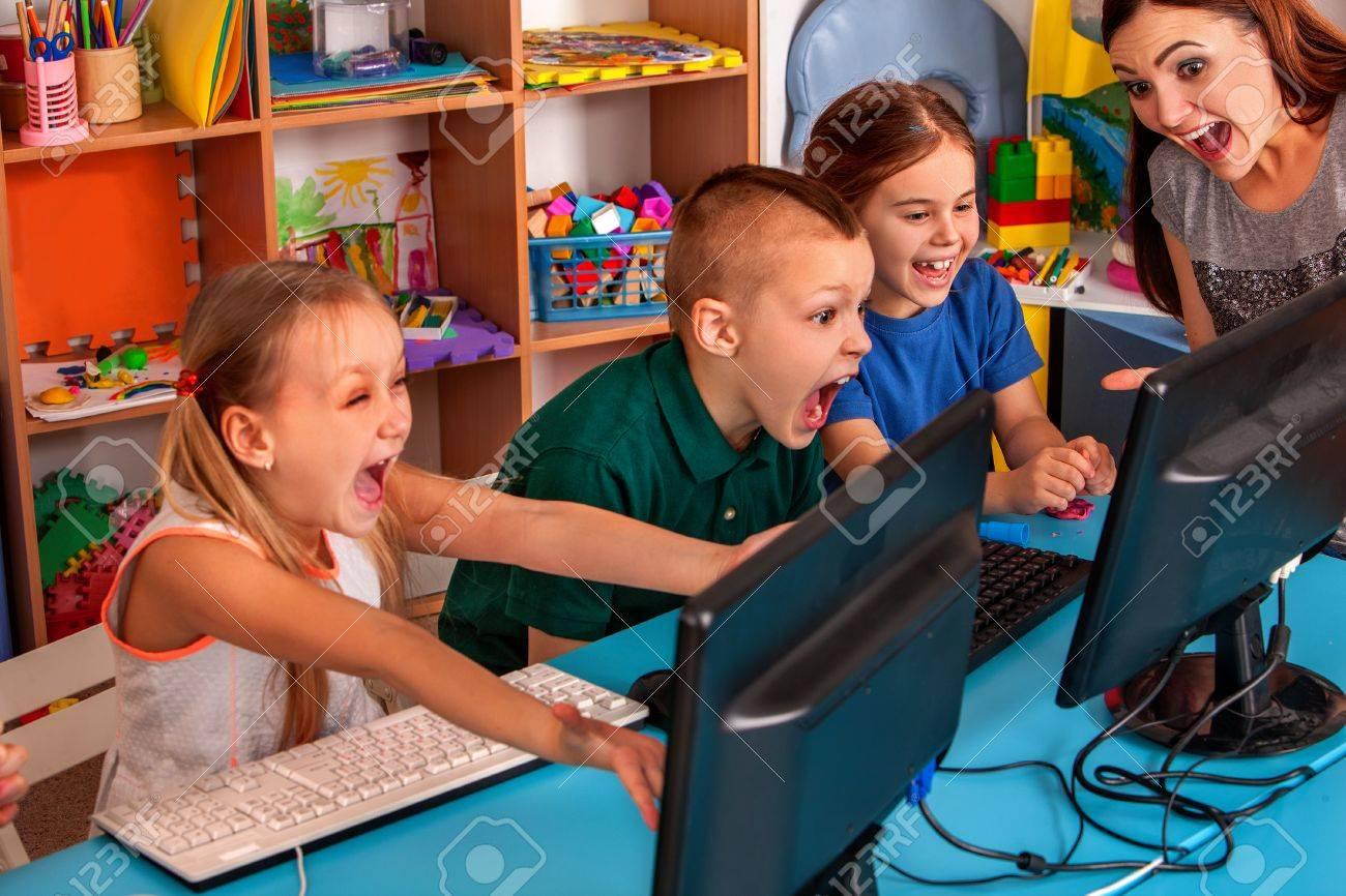 L'ordinateur Des Enfants Nous Classe Pour L'éducation Et Le Jeu Vidéo. Les  Garçons Et Les Filles Dans Le Club Des Enfants Développent Des Jeux dedans Jeux Ordinateur Enfant