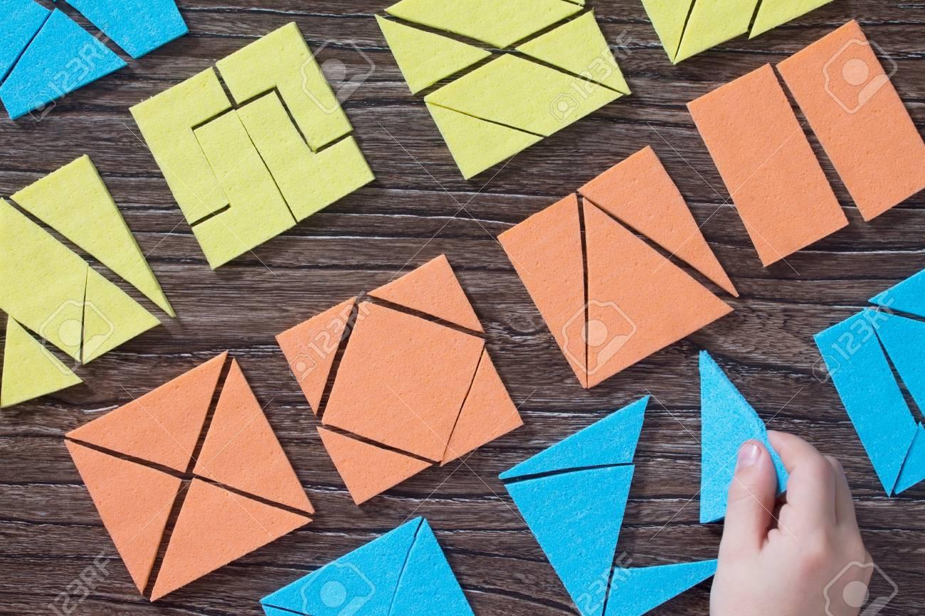 Main L'enfant Garde La Partie Manquante Dans La Table En Bois Carrée De  Puzzle De Tangram Ci-Dessus. Le Concept Du Développement Des Jeunes Enfants. avec Tangram Enfant