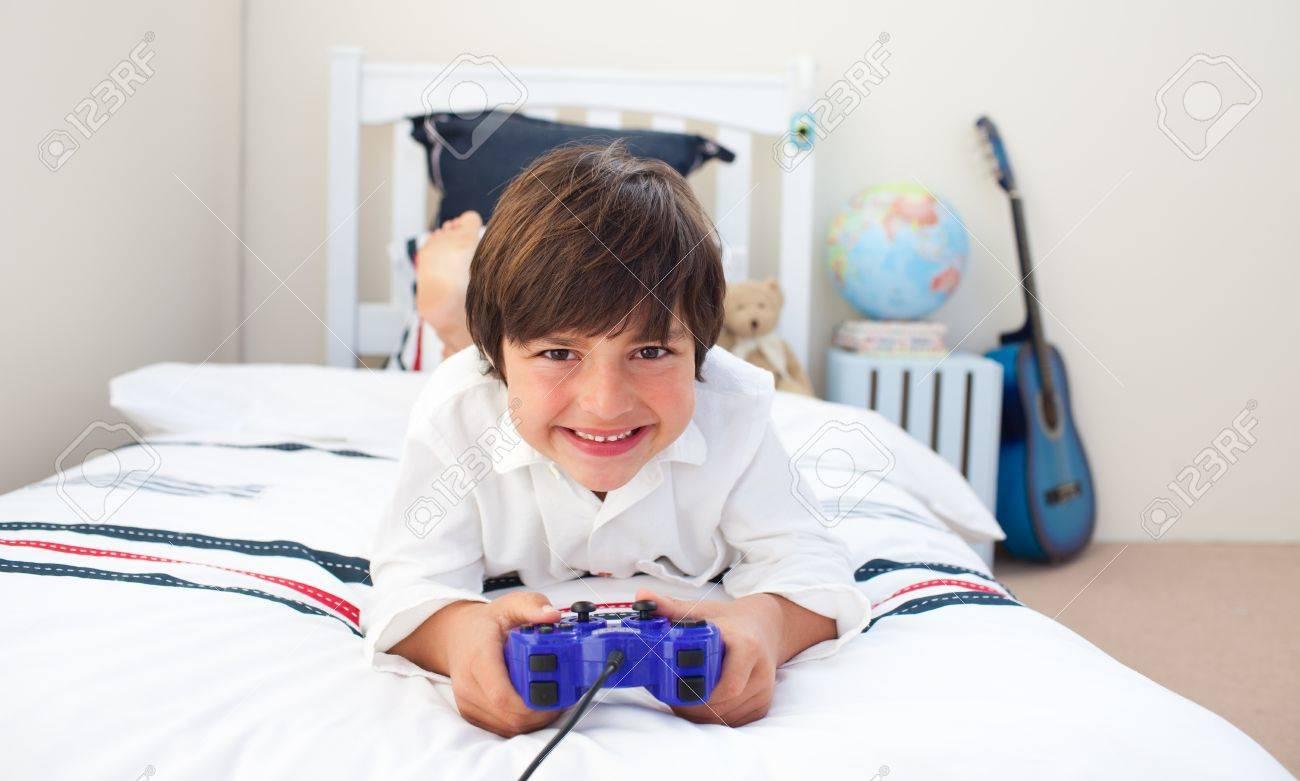 Mignon Petit Garçon Jouer À Des Jeux Vidéo intérieur Jeux Des Petit Garçon