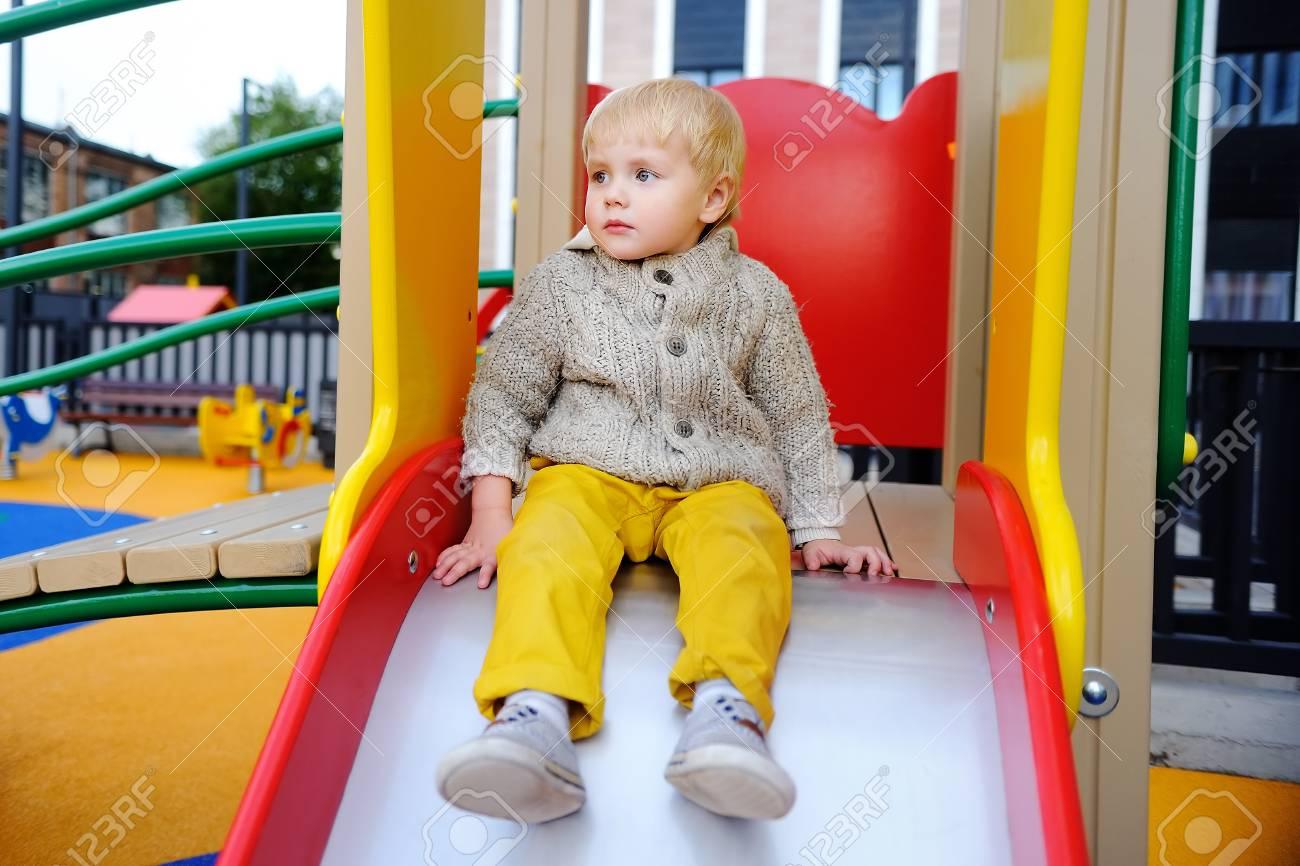 Mignon Tout-Petit Garçon Sur Aire De Jeux. Jeu En Plein Air Active Pour Les  Petits Enfants concernant Jeux Tout Petit