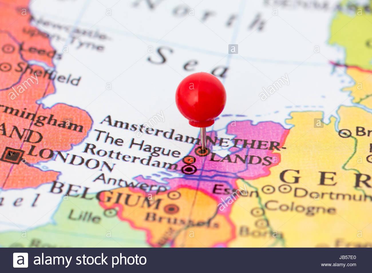Molette Rouge Ronde Tack Pincé Par Ville D'amsterdam Aux encequiconcerne Carte Europe Pays Capitales
