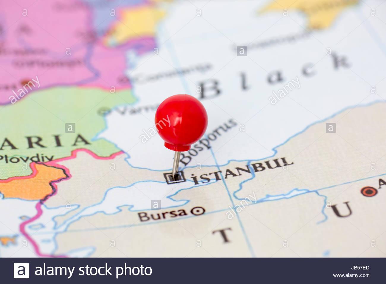 Molette Rouge Ronde Tack Pincé Par Ville D'istanbul Sur Une tout Carte Des Capitales De L Europe