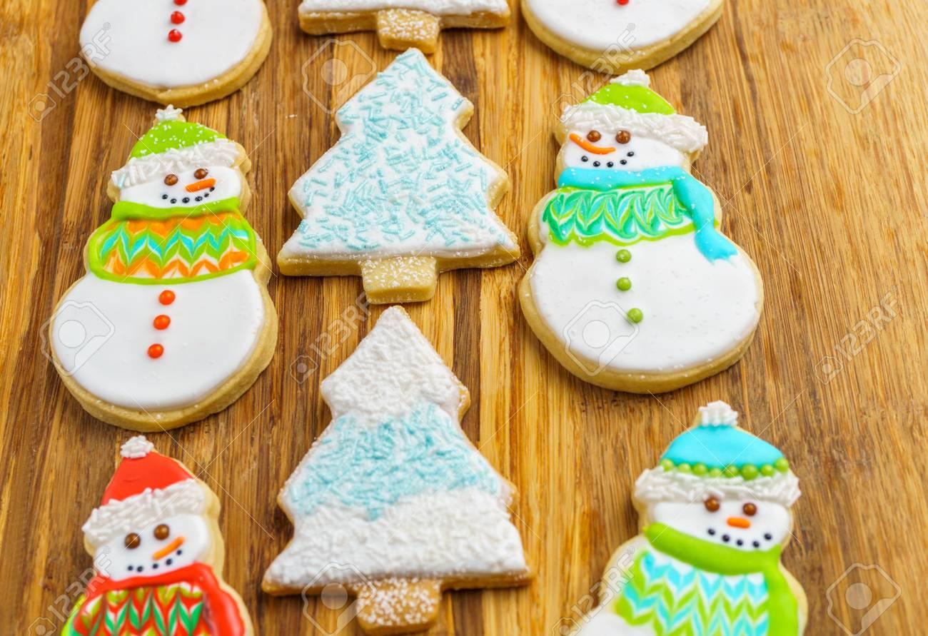 Noël Bonhomme De Neige Et Des Biscuits D'arbre Sur Le Fond De Selebration  Hiver Planche À Découper concernant Bonhomme De Neige À Découper