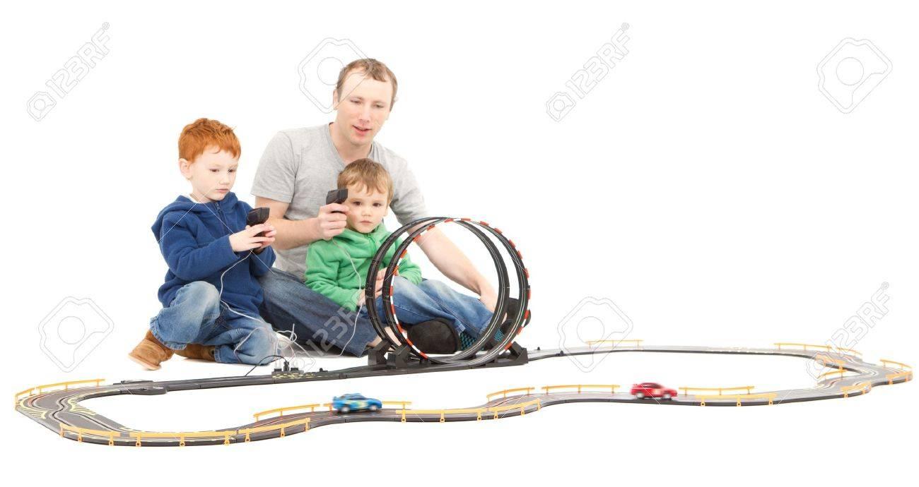 Père Et Enfants Qui Jouent Les Enfants De Course Jouet Jeu Voiture  Électrique Fente Sur Blanc destiné Jeux Course Enfant