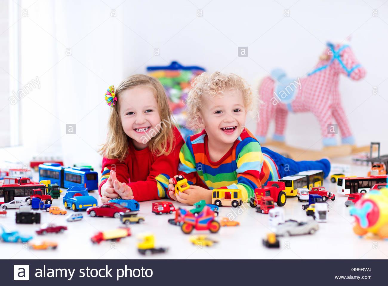 Petit Bébé Garçon Et Fille Jouant Avec Voiture Modèle encequiconcerne Jouet Pour Voiture Bébé