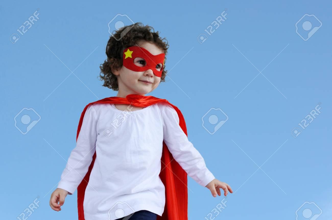 Petit Enfant De Super-Héros (Fille De 2-3 Ans). Concept De Photo De Super  Héros, Puissance De Fille, Jeux Semblant, L'enfance, L'imagination. De tout Jeux De Petit Garçon De 3 Ans