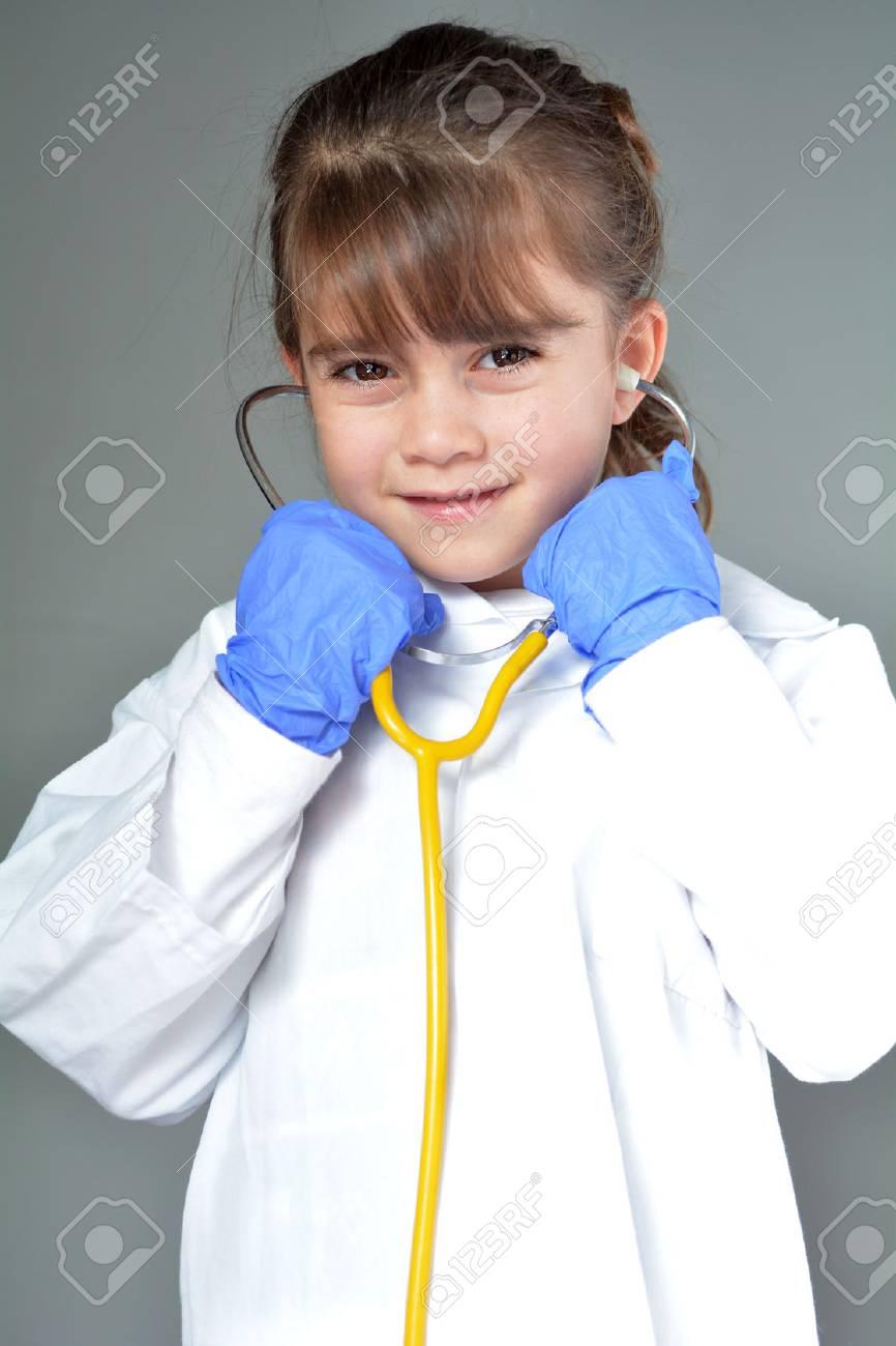 Petit Enfant (Fille De 6 Ans) Qui Veut Être Un Jeu De Médecin Semblant  D'être Médecin En Clinique De Soins Ambulatoires Examine Le Concept avec Jeux De Petite Fille De 6 Ans