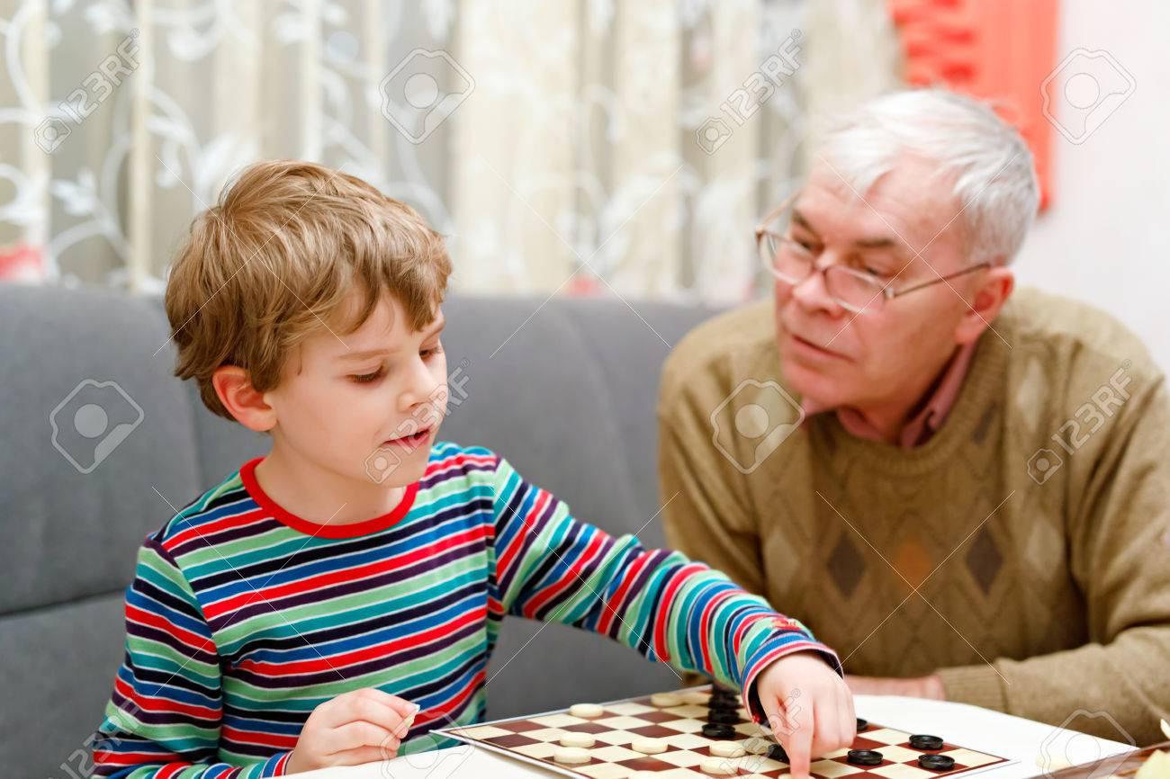 Petit Enfant Garçon Et Grand-Père Supérieur Jouer Ensemble Jeu De Dames encequiconcerne Jeux De Grand Garçon