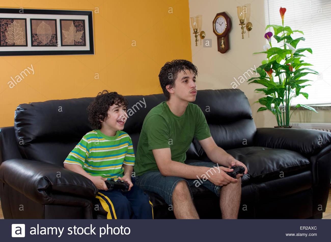 Petit Frère Et Grand Frère Heureux De Jouer À Des Jeux Vidéo concernant Jeux De Grand Garçon