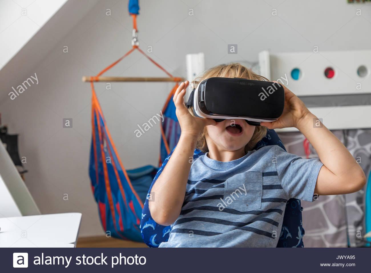 Petit Garçon, 7 Ans, Joue Un Jeu D'ordinateur 3-D, Avec Un serapportantà Jeux Pour Enfant 7 Ans