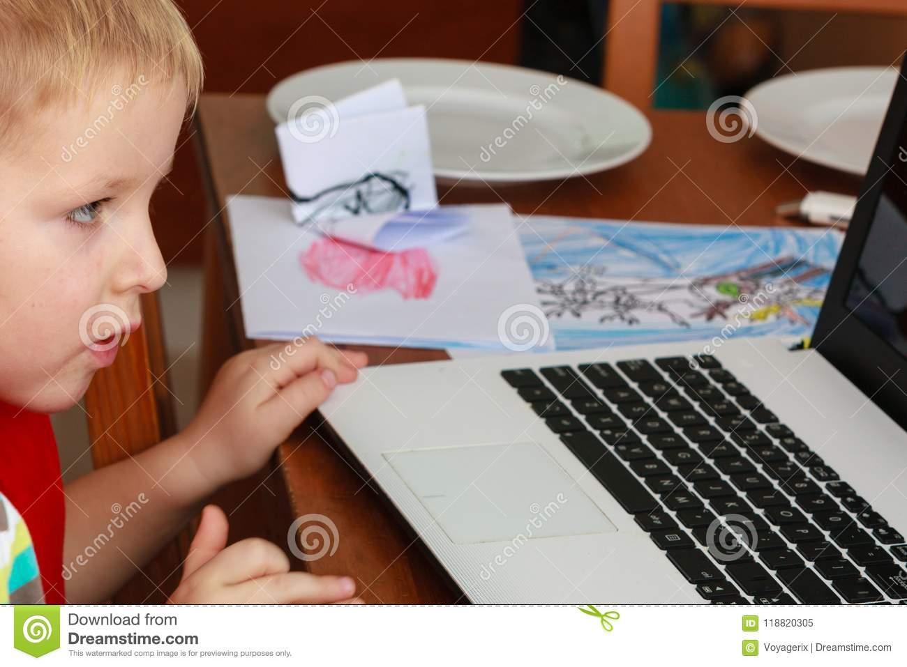 Petit Garçon À L'aide De L'ordinateur Portable Jouant Des concernant Jeux Gratuit Garcon