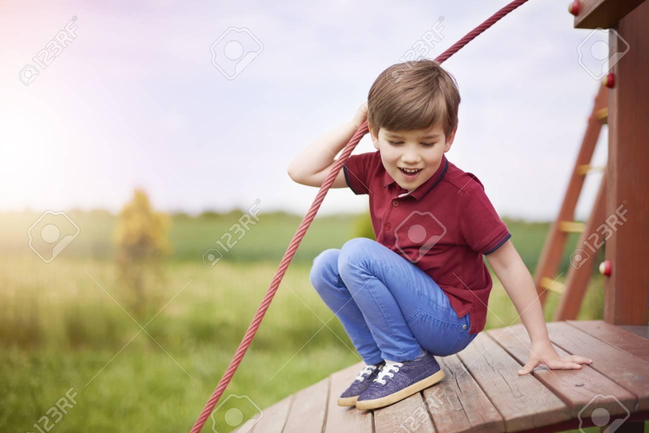 Petit Garçon Aime Jouer Sur Le Terrain De Jeu dedans Jeux Des Petit Garçon