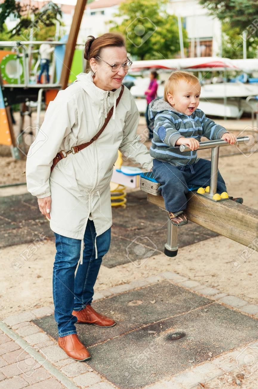 Petit Garçon Amusant Sur Terrain De Jeu. Grand-Mère De Passer Du Temps Avec  Le Petit-Fils serapportantà Jeux De Grand Garçon