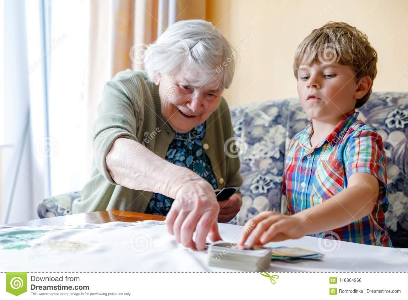 Petit Garçon Préscolaire Actif D'enfant Et Grand-Mère Grande encequiconcerne Jeux De Grand Garçon
