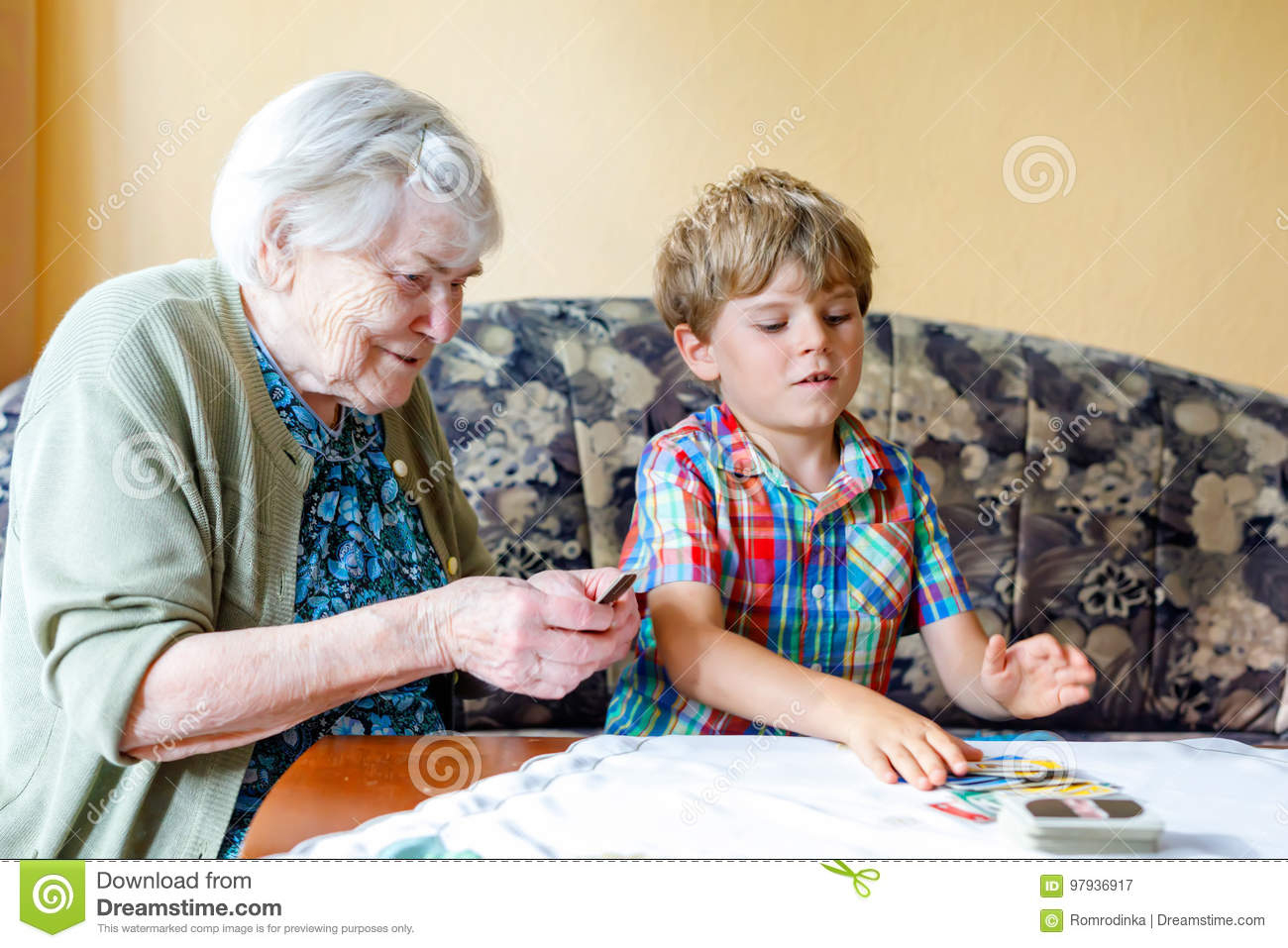 Petit Garçon Préscolaire Actif D'enfant Et Grand-Mère Grande intérieur Jeux De Grand Garçon
