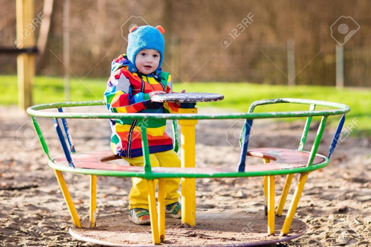 Petit Garçon Sur Un Terrain De Jeu. Enfant Jouant À L'extérieur À  L'automne. Les Enfants Jouent Sur La Cour De L'école. Enfant Heureux À La  Maternelle serapportantà Jeux Des Petit Garçon