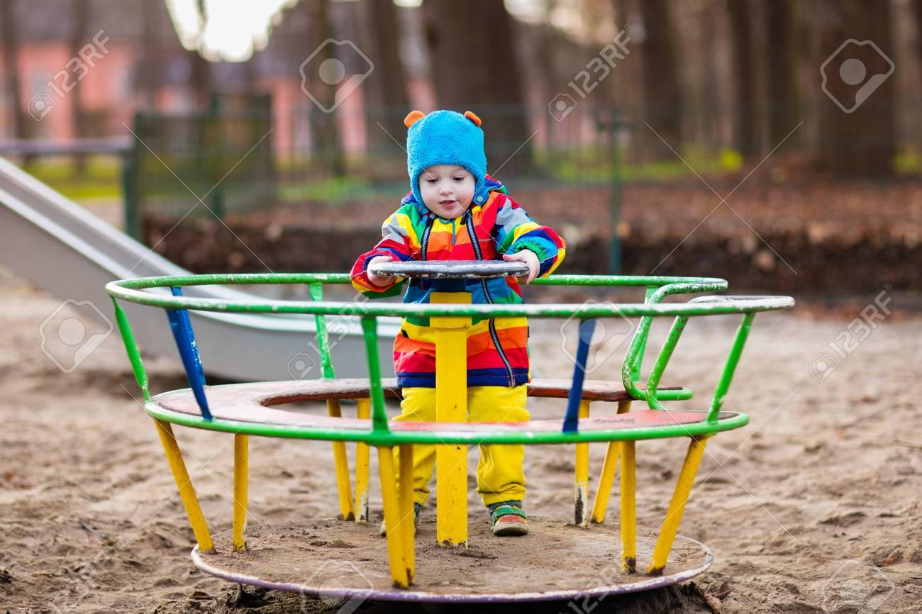 Petit Garçon Sur Un Terrain De Jeu. Enfant Jouant À L'extérieur À  L'automne. Les Enfants Jouent Sur La Cour De L'école. Enfant Heureux À La  Maternelle serapportantà Petit Jeu Maternelle