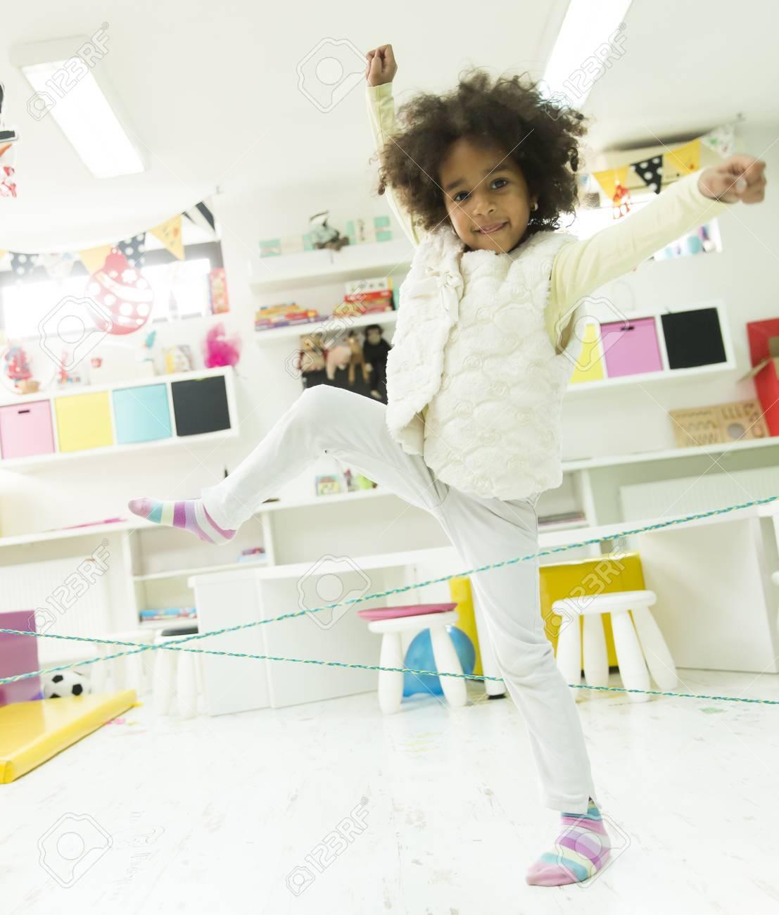 Petit Jeu De Fille Et De L'apprentissage À L'école Maternelle dedans Petit Jeu Maternelle