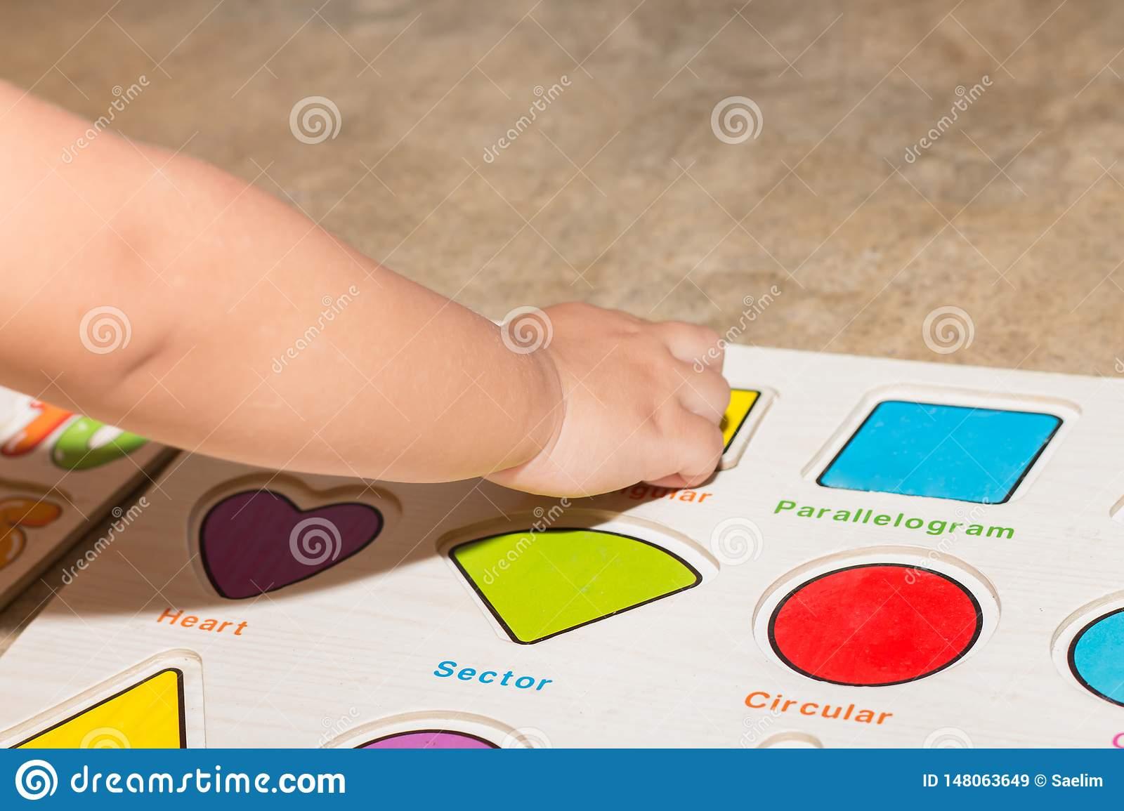 Petite Fille Avec Les Jeux ?ducatifs De Nombres De Jouet intérieur Jeux Pour Petite Fille