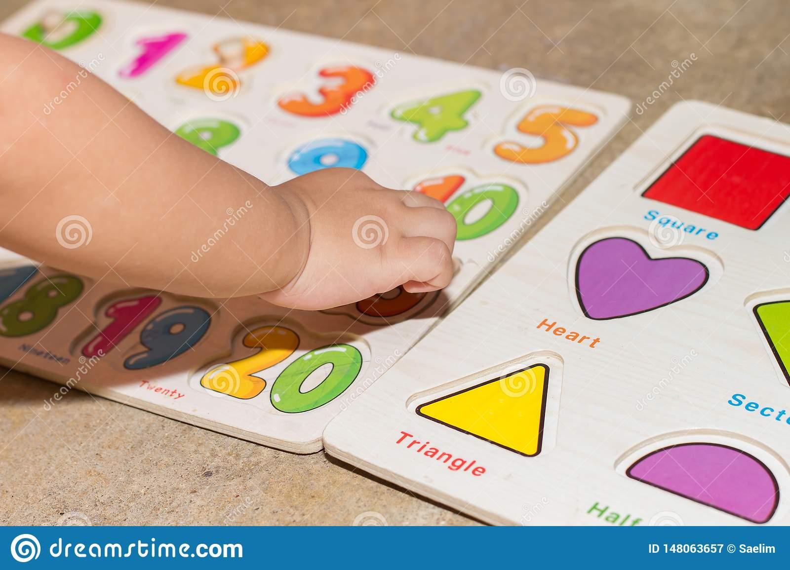 Petite Fille Avec Les Jeux ?ducatifs De Nombres De Jouet tout Jeux Pour Petite Fille