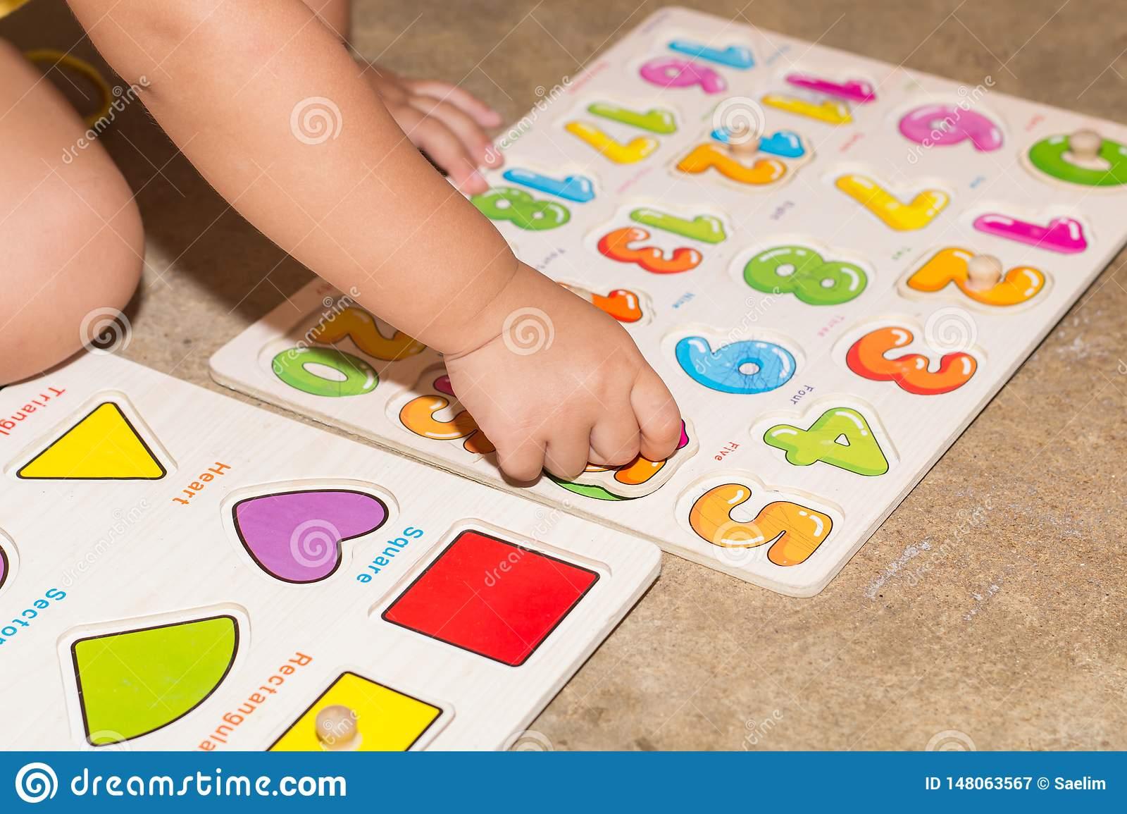 Petite Fille Avec Les Jeux Éducatifs De Nombres De Jouet À concernant Les Jeux Educatif