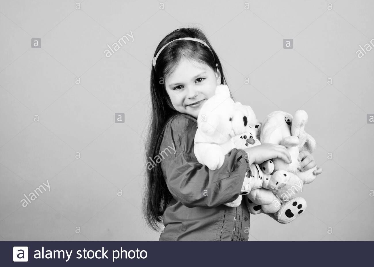 Petite Fille Avec Soft Toy Ours. Psychologie De L'enfant concernant Jeux Pour Petite Fille