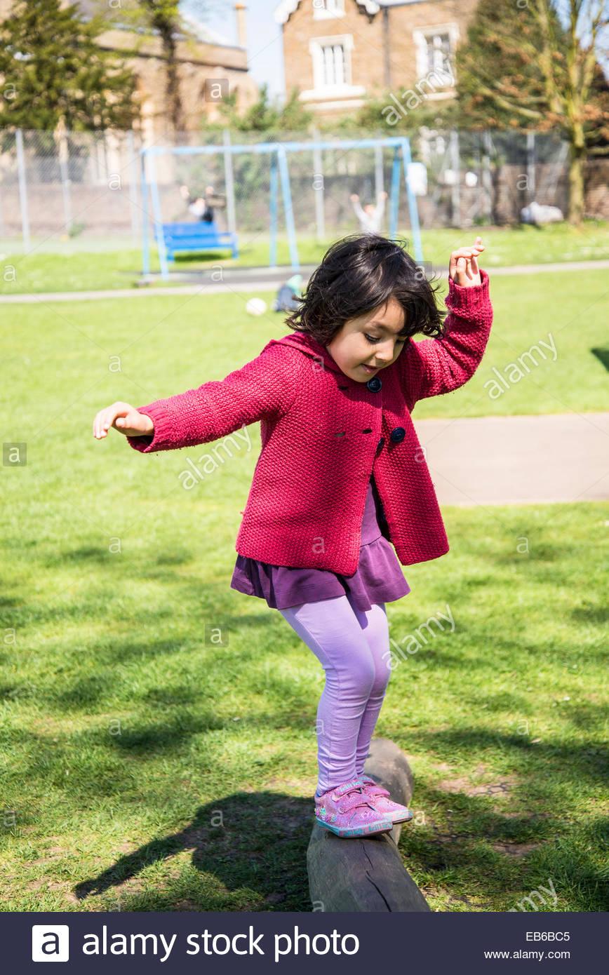 Petite Fille De Cinq Ans En Essayant De Garder Son Équilibre serapportantà Jeux Pour Petite Fille