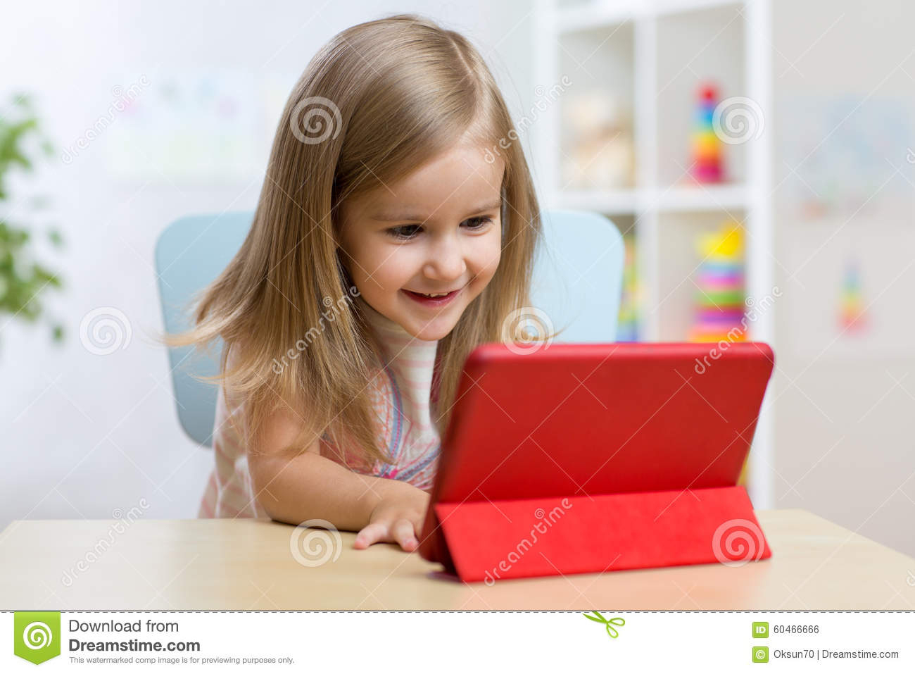 Petite Fille D'enfant Heureux À L'aide De La Tablette Photo encequiconcerne Tablette Enfant Fille