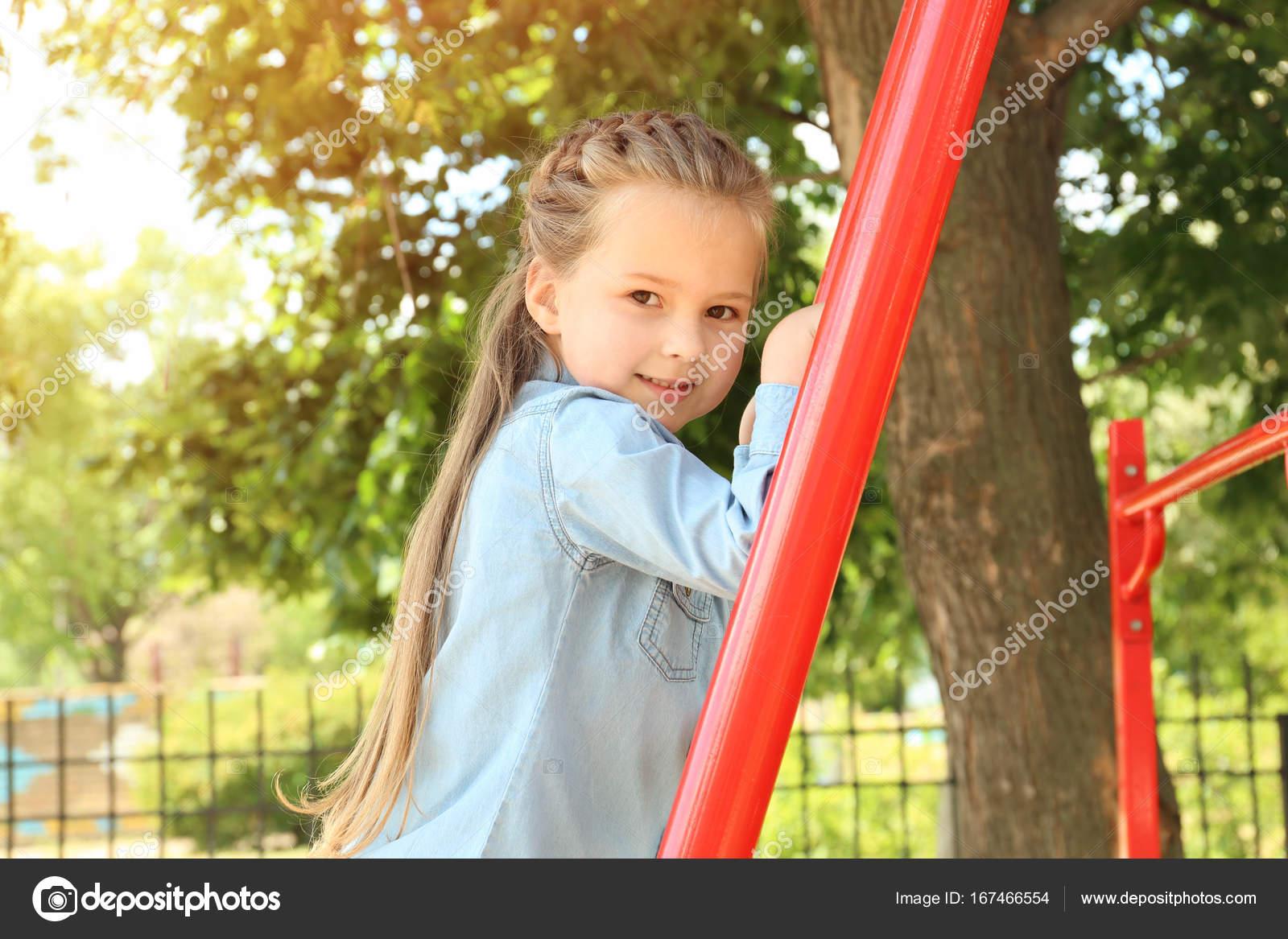 Petite Fille Jouant Sur L'aire De Jeux Pour Enfants pour Jeux Pour Petite Fille