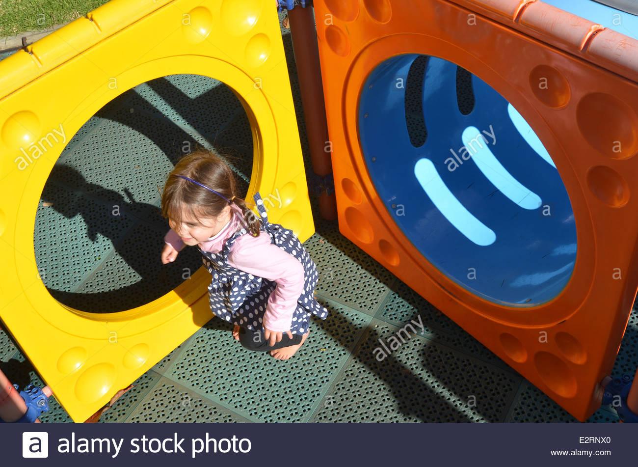 Petite Fille Jouer Dans L'aire De Jeux Pour Enfants Moderne destiné Jeux Pour Petite Fille
