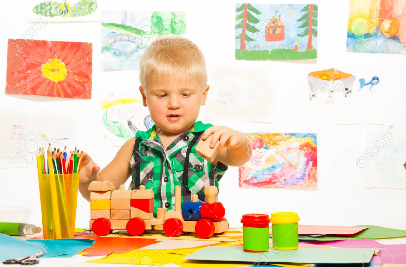 Portrait De 2 Ans Garçon Blond Dans La Classe D'art Préscolaire Avec Des  Crayons Et Des Blocs Jouets encequiconcerne Jouet 2 Ans Garçon