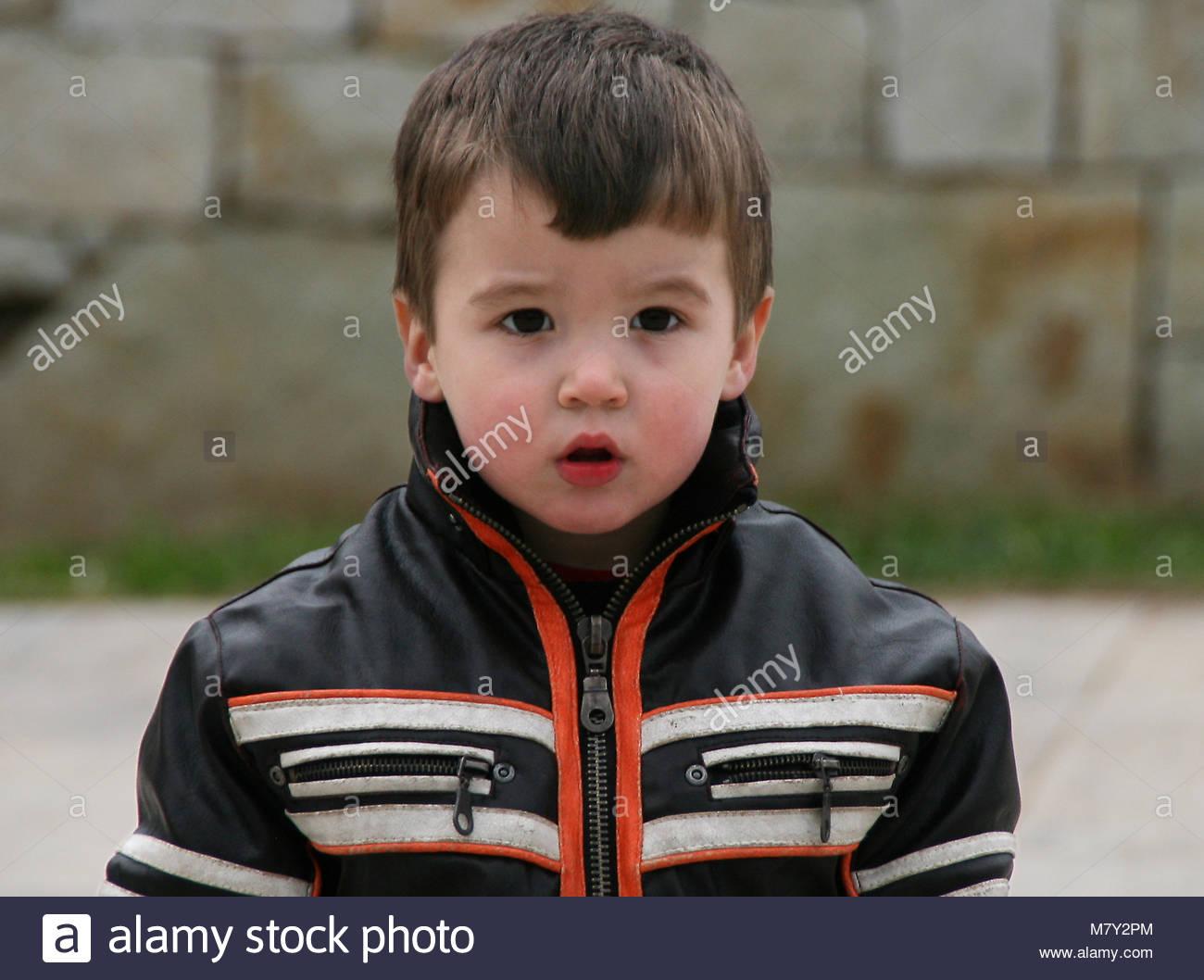Portrait De Petit Garçon Habillé Avec Veste De Moto À L'aire pour Jeux Des Petit Garçon