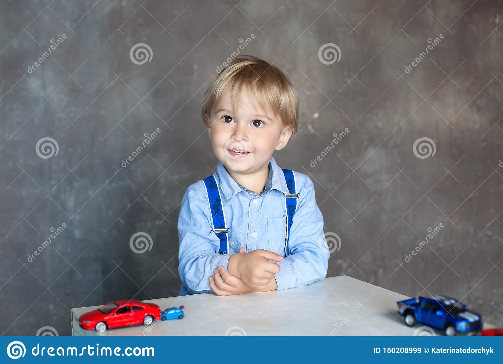 Portrait D'un Petit Garçon Mignon Jouant Avec Des Voitures dedans Les Jeux Des Garçons De Voiture