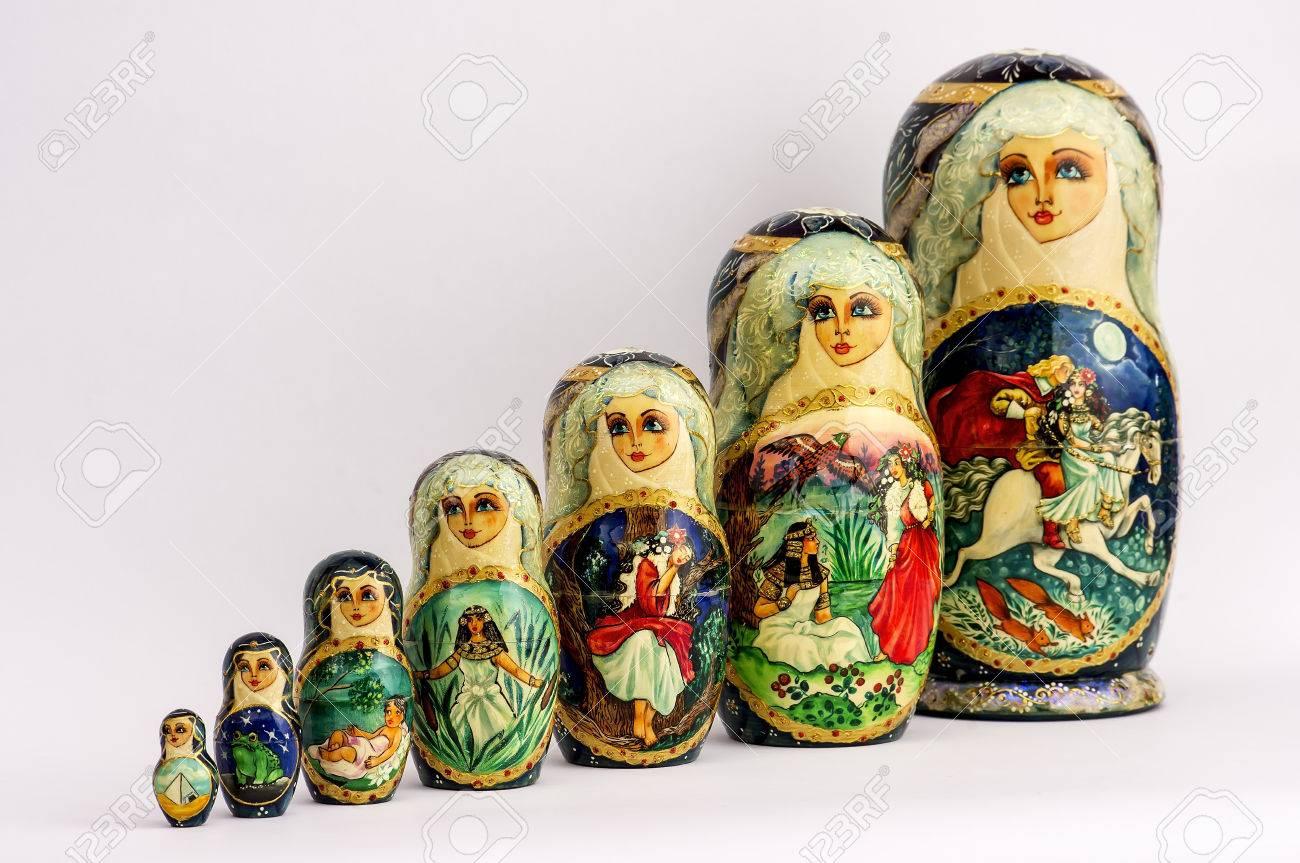 Poupées Russes Emboîtées, Également Connu Sous Le Nom Matriochka Peinte À  La Main, Belle Et Colorée dedans Nom Poupée Russe