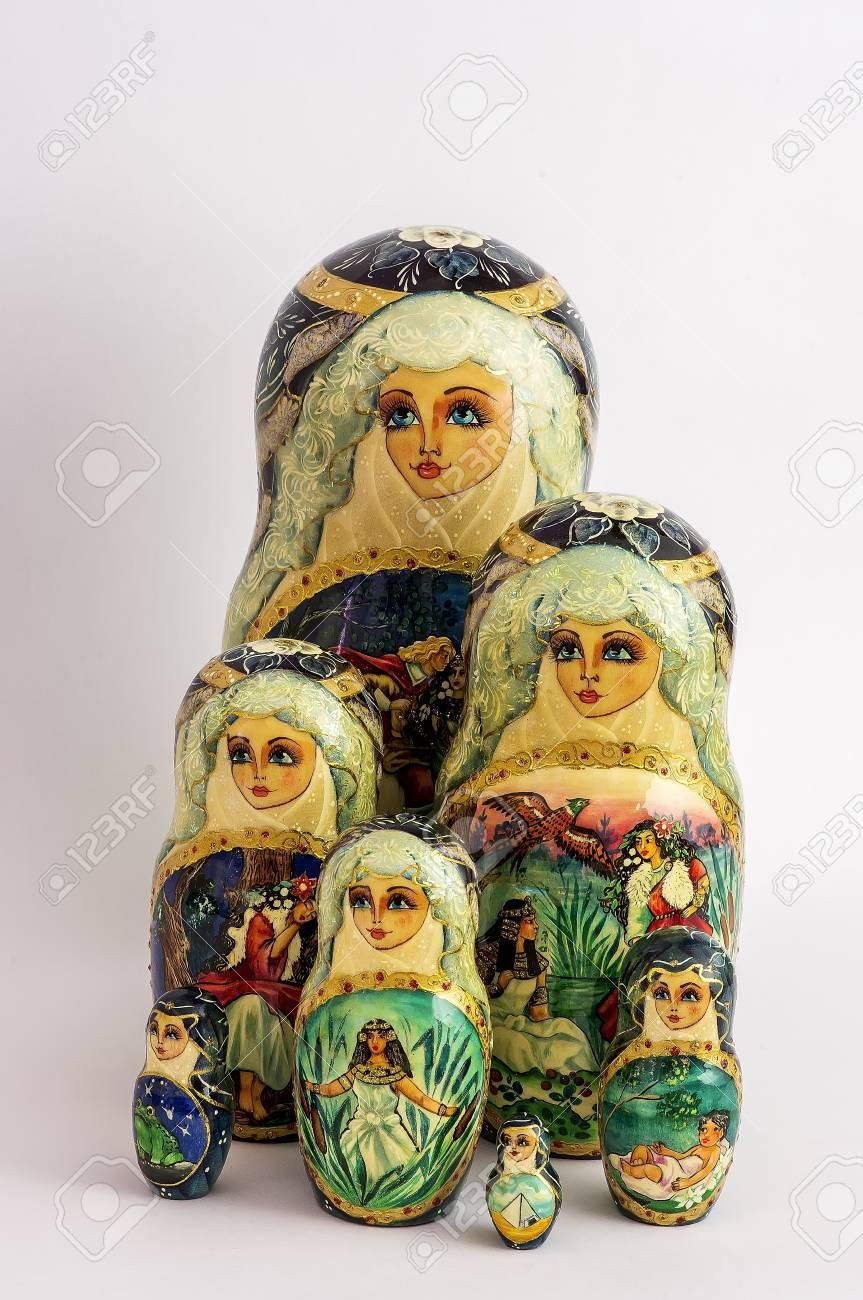 Poupées Russes Emboîtées, Également Connu Sous Le Nom Matriochka Peinte À  La Main, Belle Et Colorée serapportantà Nom Poupée Russe