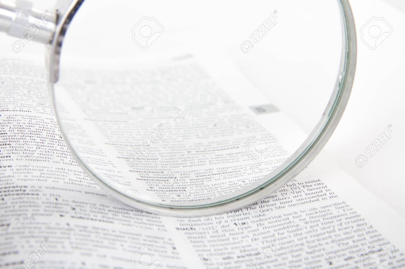 Près De Classique Loupe De Style Sur Le Livre De Dictionnaire, Chercher Des  Mots, Isolé Sur Fond Blanc. tout Chercher Les Mots