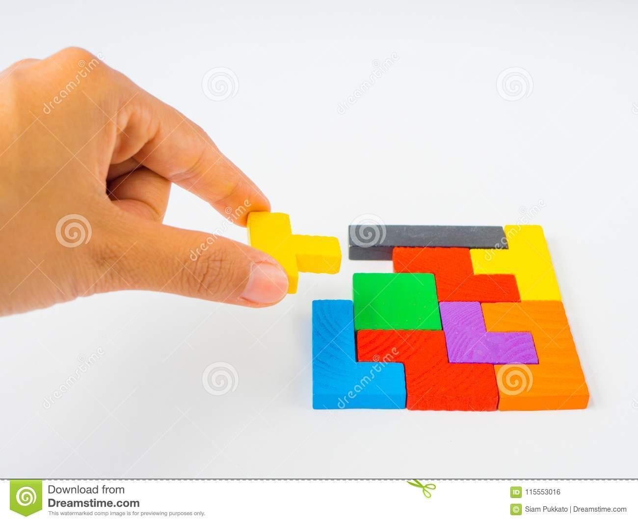 Remettez Tenir Le Dernier Morceau Pour Accomplir Un Puzzle dedans Tangram Enfant