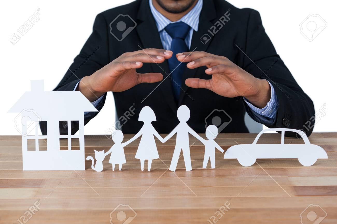 Section Médiane Du Papier Protecteur D'homme D'affaires Découper La  Famille, La Maison Et La Voiture Avec Les Mains à Maison Papier A Decouper