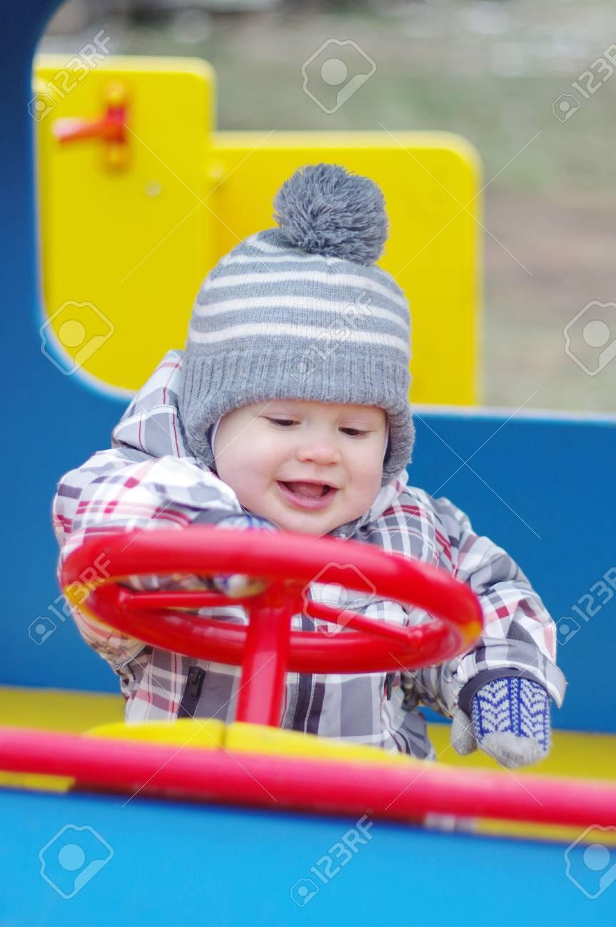 Sourire Bébé Âgé De 1 Année Voiture Sur Aire De Jeux destiné Jeux Voiture Bebe