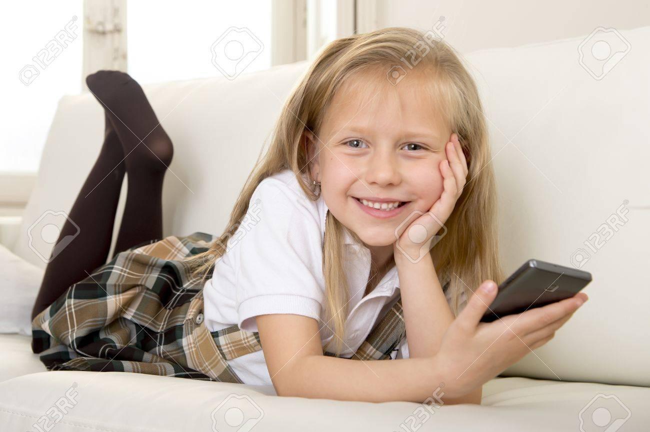 Sweet 6 Ou 7 Ans Blonde Petite Fille Mignonne Et Belle En Uniforme Scolaire  Couché Sur La Maison Canapé Canapé En Utilisant L'application Internet Sur concernant Jeux De Petite Fille De 6 Ans