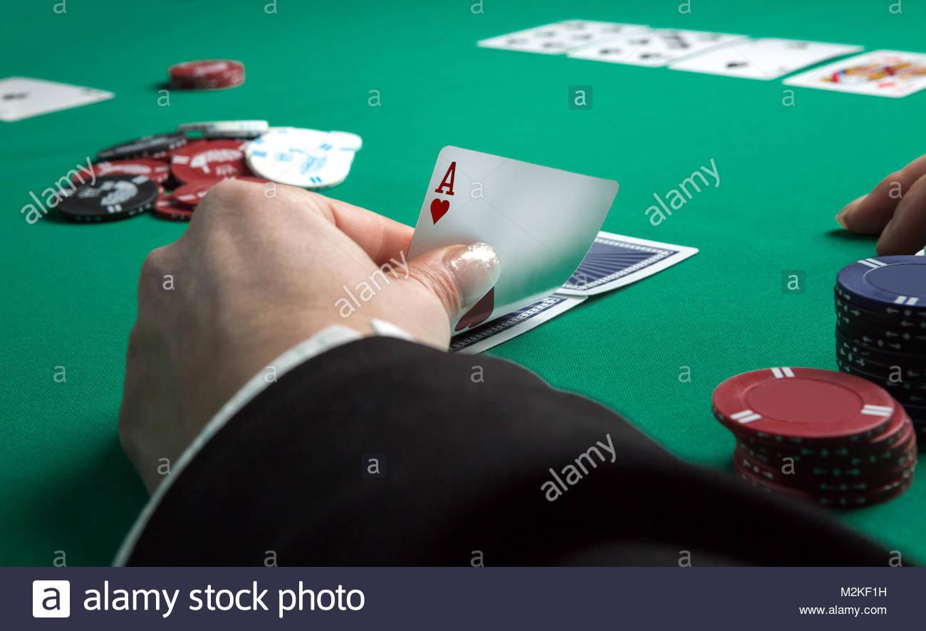 Table De Poker En Cours De Jeu. Quatre As Holding Cartes En dedans Jeu Quatre Images