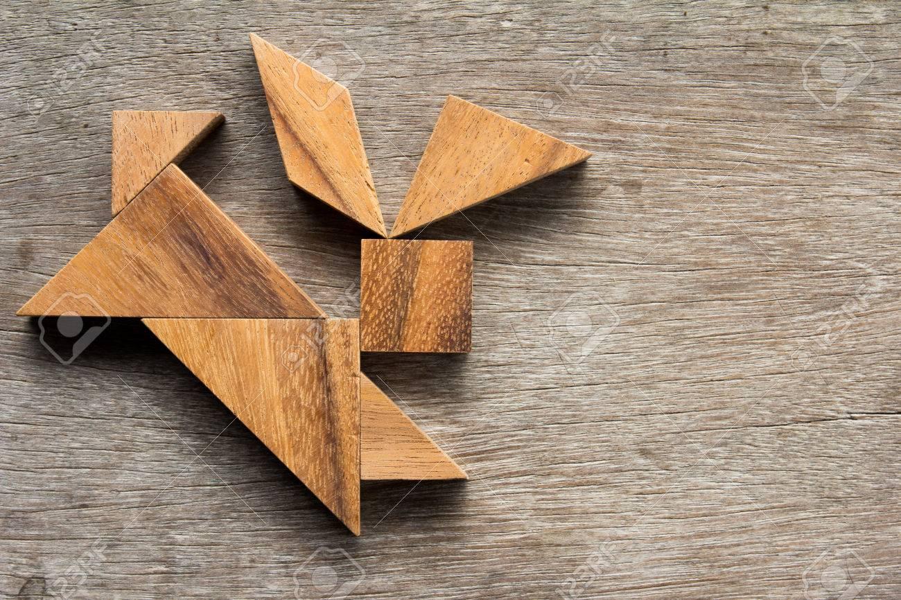 Tangram En Bois En Forme De Lapin En Cours D'exécution Sur Le Vieux Fond De  Bois dedans Tangram Lapin