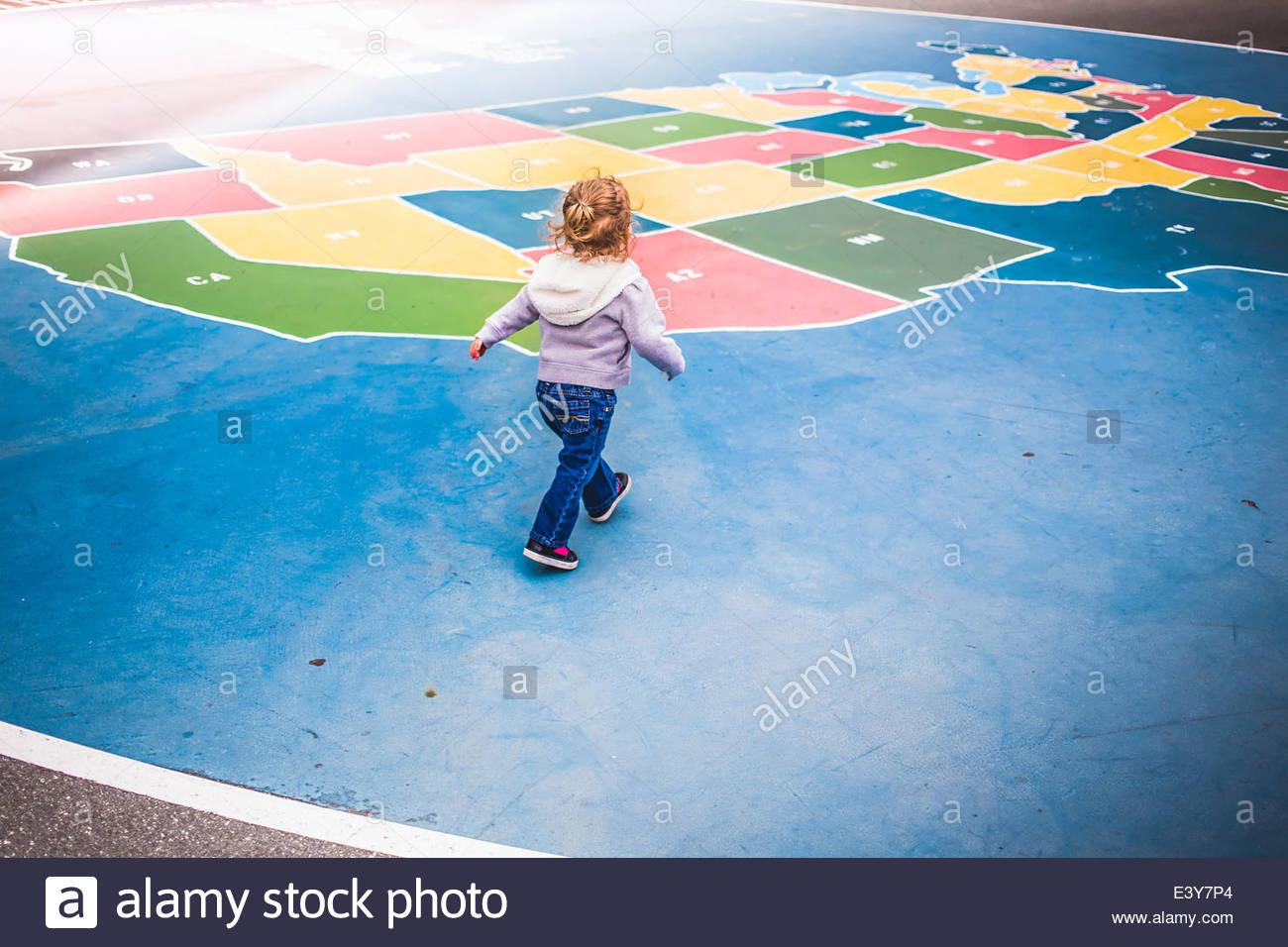 Tout-Petit Marche Sur La Carte De France En Jeu Pour Enfants intérieur Carte De France Pour Enfant