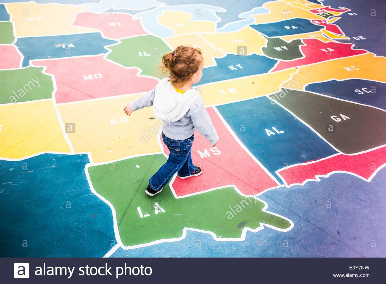 Tout-Petit Marche Sur La Carte De France En Jeu Pour Enfants pour Carte De France Pour Enfant