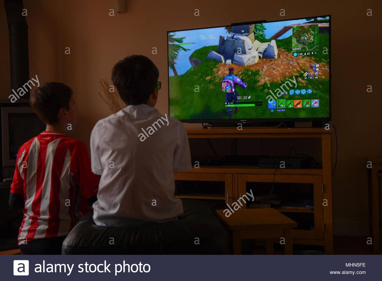Un Adolescent Garçon Joue Le Jeu D'ordinateur De Frapper pour Jeux De Grand Garçon