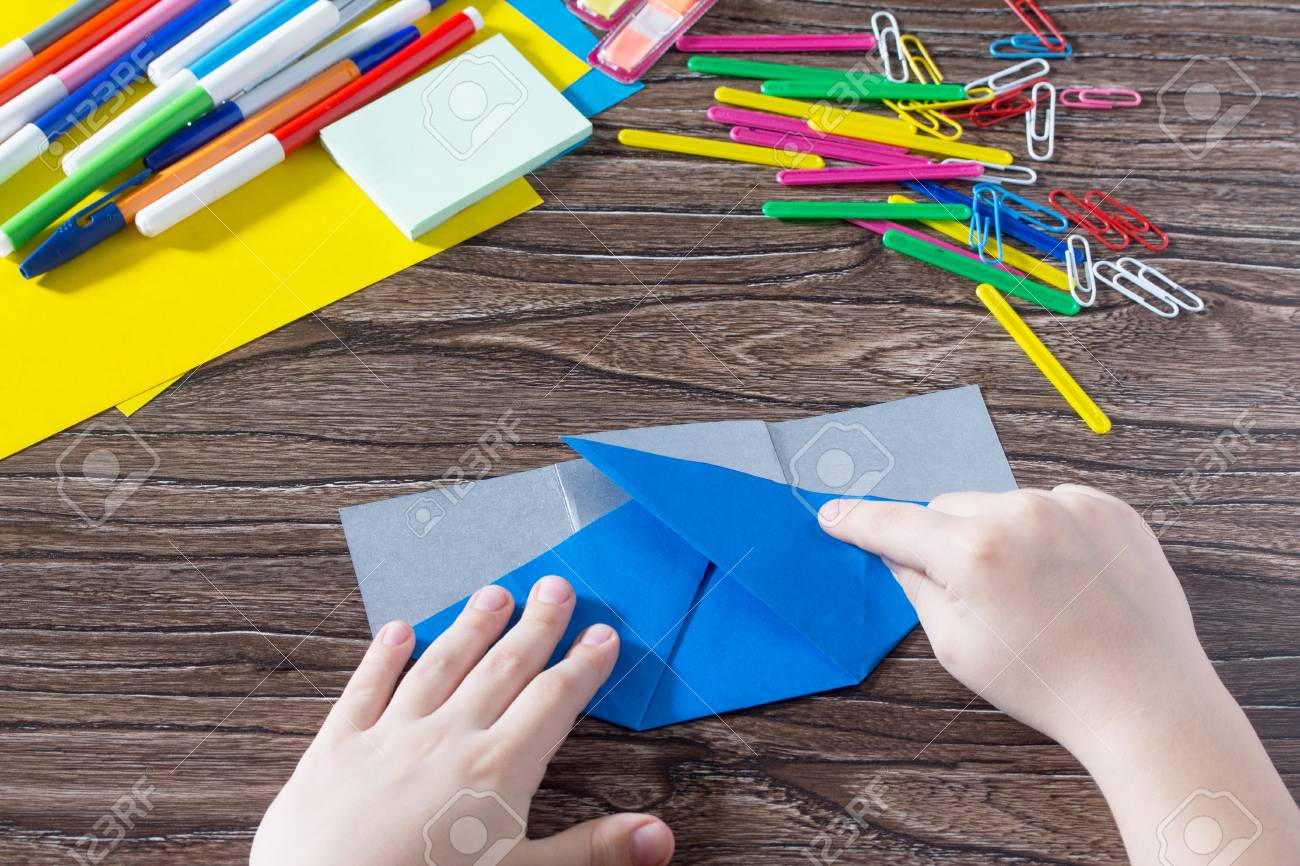 Un Enfant Est Un Pliage De Papier Origami. Fait Main. Le Projet De La  Créativité Des Enfants Est Un Organisateur De Bureau Pour Enfants En  Papier, encequiconcerne Pliage Papier Enfant