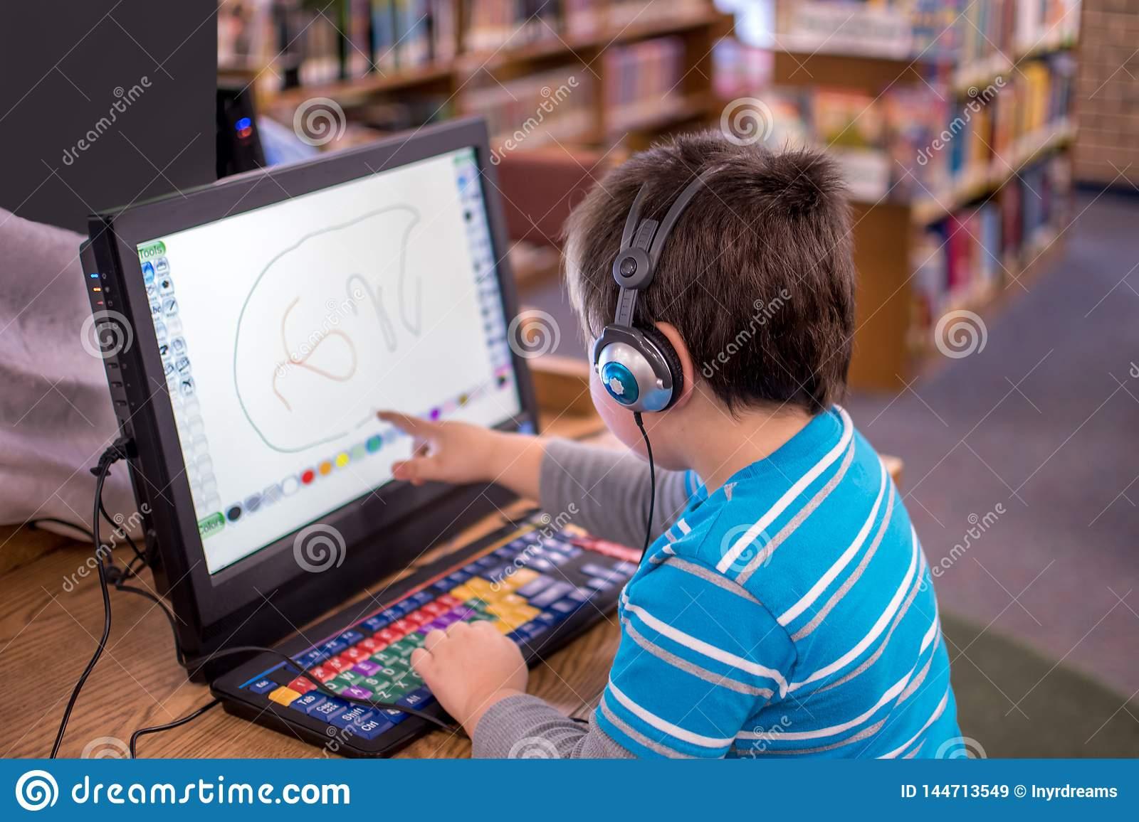 Un Enfant Travaille Un Jeu Interactif Sur Un Ordinateur intérieur Jeu Interactif Enfant