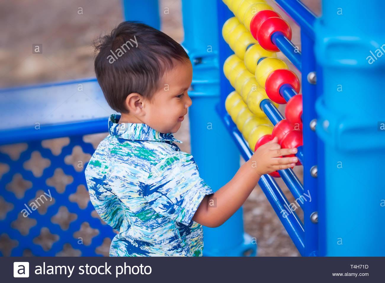 Un Petit Garçon Hispanique Apprendre À Compter Avec Un serapportantà Jeux Des Petit Garçon