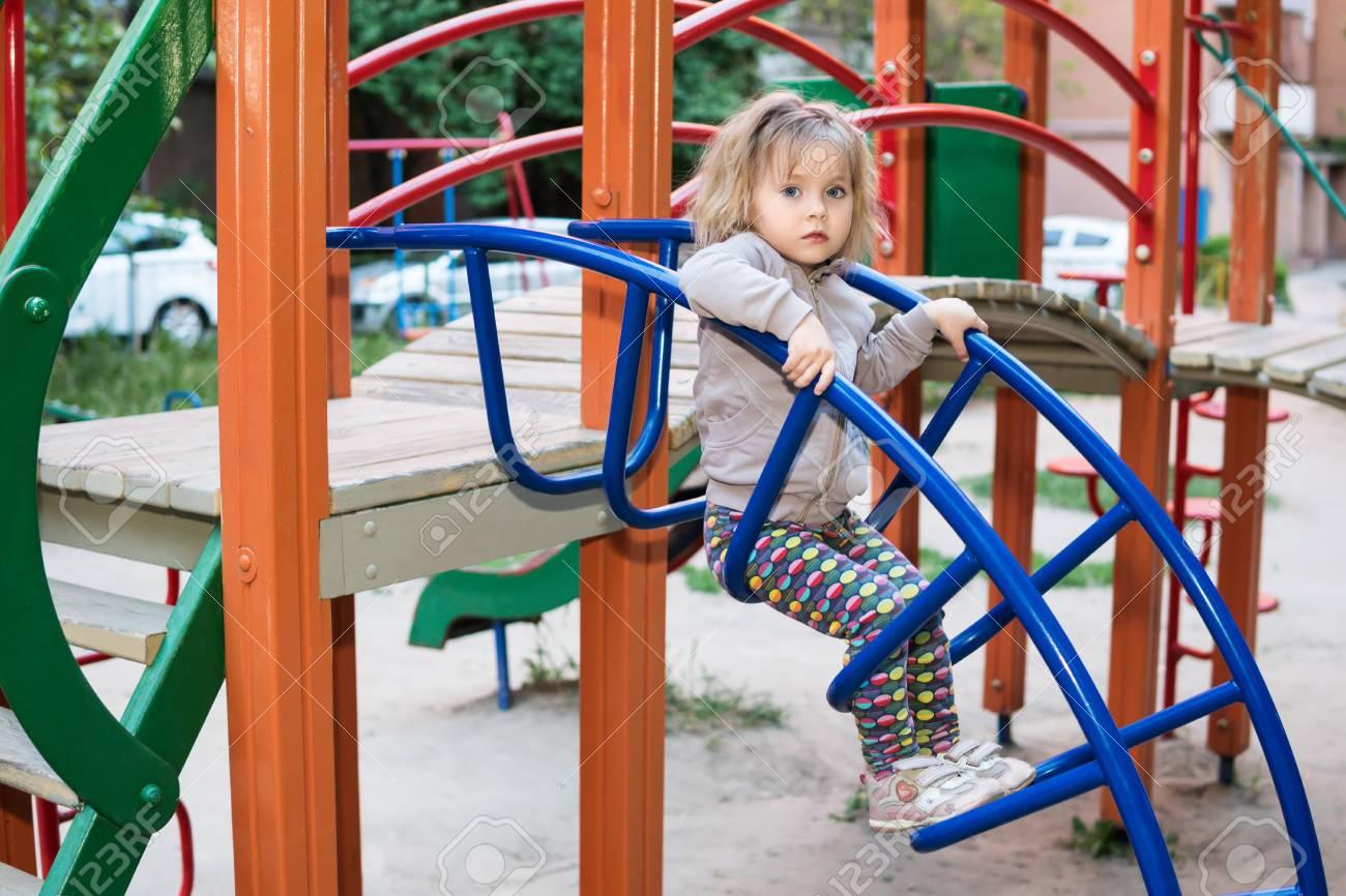 Une Petite Fille Sérieuse Est Assise Sur Les Escaliers Sur L'aire De Jeux  Pour Enfants, Gros Plan pour Jeux Pour Petite Fille